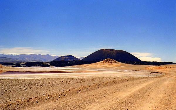 Volcán La Alumbrera,  Los volcanes negros ubicados a 10km al sur del pueblo.