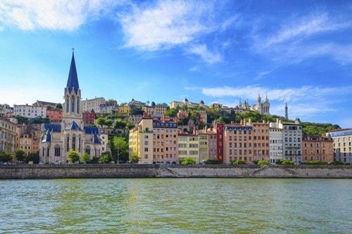Vista del río Saone con casas coloridas en Lyon